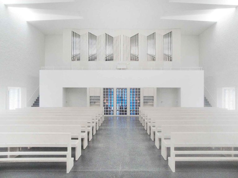 Innenarchitektur mit modernem Kirchenorgelprospekt in Frommern