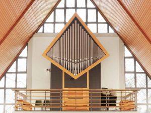 Innenarchitektur mit modernem Kirchenorgelprospekt in Scheidental