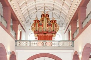 Innenaufnahme mit klassischem Kirchenorgelprospekt aus Holz in der St. Jakobus-Kirche in Miltenberg