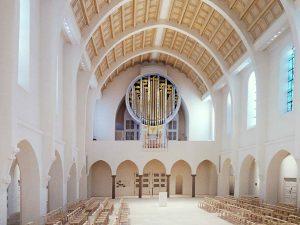 Innenaufnahme mit neuem, modernen Kirchenorgelprospekt mit künstlerischer Malerei in Stuttgart St. Fidelis.