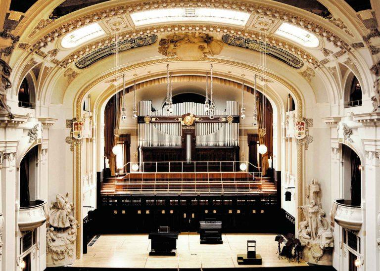 Smetana-Saal in Prag mit Konzertsaalorgel nach der Restaurierung