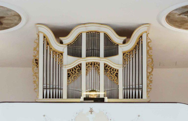 Klassische Kirchenorgelprospekt mit Organist nach der Restaurierung in Westerheim