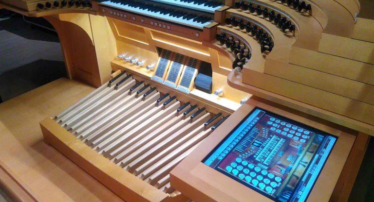 Nahaufnahme des neuen, modernen, High-Tech- Spieltisches aus dem Rachmaninow Konzertsaal in Moskau mit LED Beleuchtung und digitaler Bedieneinheit