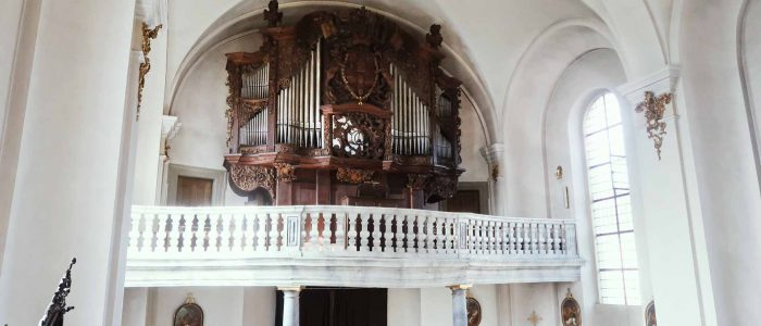 Gaibach-Pfarrkirche-317-Restaurierung-Vleugels-Kirchenorgel-Ansicht-Orgel-im-Kirchenraum-leicht-schräg-1920px