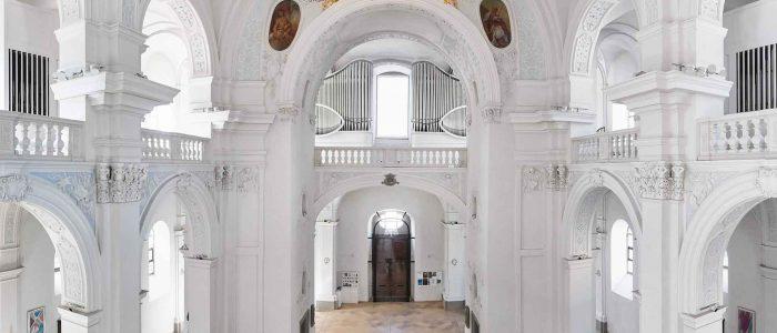 Innenarchitektur mit Orgelprospekt in der Kirche St. Peter und Paul in Würzburg